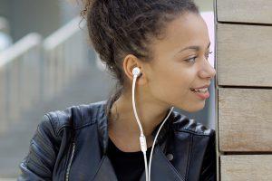 หูฟัง การรับฟังแนวเพลงที่คุณชอบ และมีคามสนุกกับมัน
